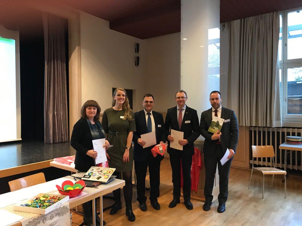 Lietuvių kalbos viktorinos 2020 dalyviai - TIČINO komanda su moderatore Dominyka